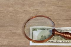 Hundred dollar bill under a magnifying glass, XXXL Royalty Free Stock Photos