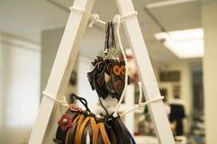 Hundshow - Sale läderprodukter Garneringar för mobiltelefoner i form av en uggla Fotografering för Bildbyråer