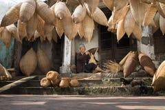 Hung Yen,越南- 2016年7月9日:有许多竹鱼做传统竹鱼tr的陷井和女性工匠的老房子围场 库存照片