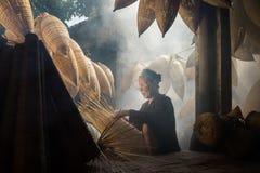 Hung Yen,越南- 2016年7月9日:有许多竹鱼做传统竹鱼tr的陷井和女性工匠的老房子围场 库存图片