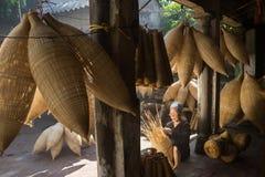 Hung Yen,越南- 2016年7月9日:有许多竹鱼做传统竹鱼tr的陷井和女性工匠的老房子围场 免版税图库摄影
