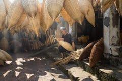 Hung Yen,越南- 2016年7月9日:有许多竹鱼做传统竹鱼tr的陷井和女性工匠的老房子围场 免版税库存图片
