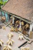 Hung Yen, Vietnam - 26. Juli 2015: Altes Haus im Land mit alten Frauen spinnt Bambusfischfalle am vietnamesischen traditionellen  Stockbild