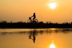 Hung Yen, Vietnam - 9 luglio 2016: La scena rurale vietnamita del tramonto della campagna con gli agricoltori della siluetta che  Fotografia Stock