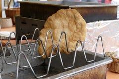 Hungarian tradicional langos fritados da pastelaria foto de stock