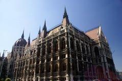 hungary för vinkelbudapest byggnader parlament wide Arkivfoto