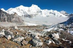 Hungchhi峰顶和Chumbu从Cho Oyu基本阵营锐化-迁徙对珠穆琅玛基本阵营 免版税库存照片