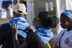 Hunger kör (Rome) - WFP - den svarta familjen som förbereder sig Arkivfoto