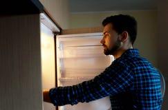 Hunger, Lebensmittel und Kühlschrank lizenzfreies stockbild