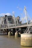 Hungerford bro- och femtioårsjubileumbroar i London Arkivfoto