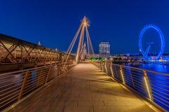 Hungerfordbrug en het Oog van Londen tijdens blauw uur Royalty-vrije Stock Afbeeldingen