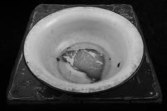 Hungern Sie, ein Stück Fleisch in einer Schüssel, Krise, Druck, abstraktes Bild der Arbeitslosigkeit Lizenzfreies Stockfoto