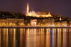 Hungría, Budapest por la noche - reflexiones en el río Danubio, el bastión del pescador Fotografía de archivo