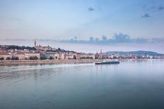 hungria danúbio Opinião da manhã de Budapest Marcos húngaros, ponte Chain Imagem de Stock Royalty Free