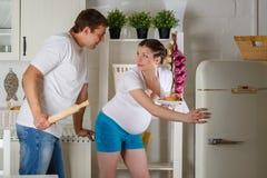 Hungrig gravid kvinna. Arkivfoton