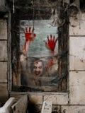 Hungrig levande död på fönstret Arkivfoto