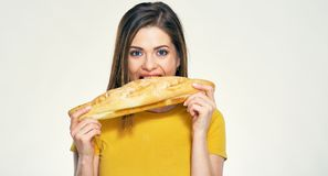 Hungrige Bisse der jungen Frau, Brot essend Lizenzfreie Stockfotos