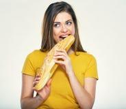 Hungrige Bisse der jungen Frau, Brot essend Stockbild