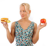 Hungrige blonde Frau, die Burger betrachtet Lizenzfreie Stockbilder