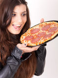Hungrige Frau, die eine Pizza anhält Stockbilder