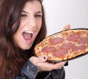 Hungrige Frau, die eine Pizza anhält Lizenzfreies Stockfoto