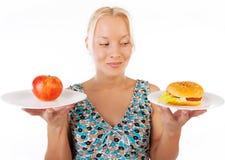 Hungrige Frau, die Nahrung betrachtet Stockbild