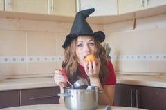 hungrige Hexe in der Küche lizenzfreie stockfotos