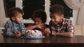 Hungrige Jungen und Geburtstagskuchen stock video