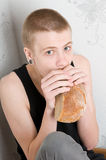 Hungriger Jugendlicher Stockfoto