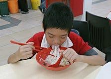 hungriger Junge lizenzfreie stockbilder