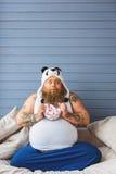 Hungriger männlicher großer Esser, der ungesundes Frühstück genießt Lizenzfreie Stockfotos