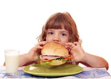 Hungriges kleines Mädchen essen Lizenzfreies Stockfoto