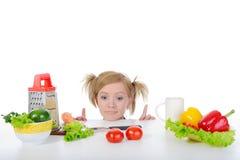 Hungriges Mädchen in der Küche. Lizenzfreies Stockfoto