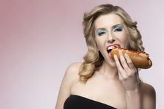 Hungriges Modemädchen Lizenzfreie Stockfotos
