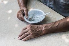 hungry Man& velho pobre x27; s entrega uma bacia vazia Foco seletivo Pobreza na aposentadoria alms imagens de stock