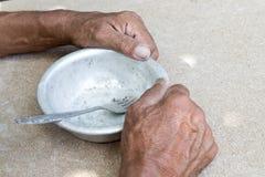 hungry Man& velho pobre x27; s entrega uma bacia vazia Foco seletivo Pobreza na aposentadoria alms fotografia de stock