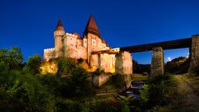 Huniazilor slott, Corvin slott från Hunedoara, Rumänien på den blåa timmen royaltyfri bild