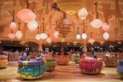 Hunny-Topf-Drehbeschleunigungsfahrt in Shanghai Disneyland, China lizenzfreie stockfotografie