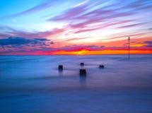 Hunstanton en la puesta del sol de Norfolk que mira hacia fuera al mar Imagenes de archivo