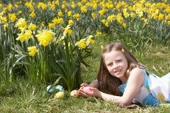 hunt девушки поля пасхального яйца daffodil Стоковые Фотографии RF