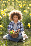 hunt поля пасхального яйца daffodil мальчика стоковые фото