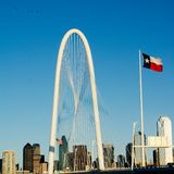 Hunt Bridge- und Dallas-Skyline Lizenzfreie Stockfotos