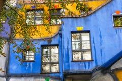 Huntdertwarsser房子门面在维也纳 免版税图库摄影