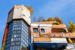 Huntdertwarsser房子门面在维也纳 图库摄影