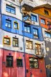 Huntdertwarsser房子门面在维也纳 免版税库存图片