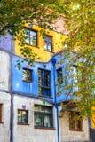 Huntdertwarsser房子门面在维也纳 库存照片