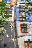 Huntdertwarsser房子门面在维也纳 库存图片