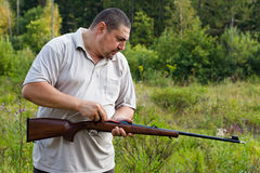 Hunter cleans rifle Royalty Free Stock Photos