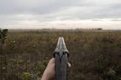 Hunter With Old Hunting Riffle die op Pray in het Hout wachten stock foto's