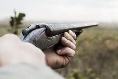 Hunter With Old Hunting Riffle die op Pray in het Hout wachten royalty-vrije stock fotografie